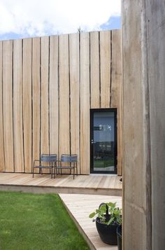 Waney-edge cladding at rear. (deko design / maja house for suomi housing fair) House Cladding, Timber Cladding, Exterior Cladding, Cladding Ideas, Timber Architecture, Architecture Details, Chinese Architecture, Architecture Office, Futuristic Architecture