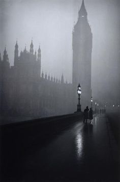 Westminster and Big Ben shrouded in thick fog. Dark Photography, London Photography, Black And White Photography, Victorian London, London Fotografie, Arte Obscura, Slytherin Aesthetic, Old London, London Rain