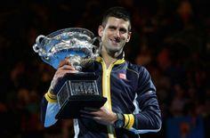 Novak Djokovic cu trofeul de la Australian Open