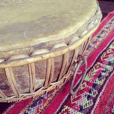 Maravilloso tambor antiguo tribal procedente de Indonesia. Forma parte de un ...