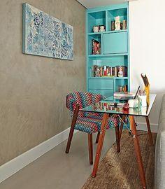 Com a extinção de um quarto, o apartamento de 55 m² ganhou espaço para a mesa de trabalho atrás do sofá. Ela fica ao lado de uma estante feita sob medida para preencher um nicho remanescente da reforma. Projeto da designer de interiores Helena Kallas