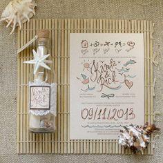 ♥ A sua família e amigos vai adorar este convite especial na garrafa _____________________________________  ♥ Items incluso: - Garrafa de vidro 17-18 cm de altura - Tampa de vinho - 7 conchas branco/creme - Convite com impressão colorida, amarrado com fita de cetim para retirá-lo da garrafa. Os cantos do papel pode ser queimados manualmente. - Estrela do mar em resina (mais resistente) ou natural para encomendas para Jacareí / SP, ou retirada pessoalmente no atelier. - Renda - Etiqu…
