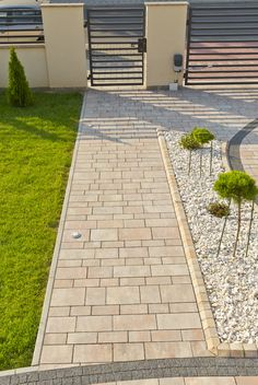 Kostka brukowa Promenada, kolor: wapień muszlowy Driveway Design, Fence Design, House Landscape, Landscape Design, Backyard Patio, Backyard Landscaping, Garden Falls, Front Yard Decor, House Construction Plan
