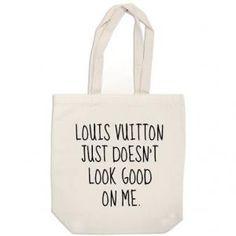 Le sac Louis Vuitton ne me va pas -- Avec son inscription Louis Vuitton ne me va pas, ce sac plaira surement aux mères voulant prétendre qu'elles sont trop cool pour porter du Louis Vuitton.