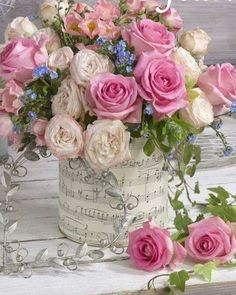 A beautiful spring floral arrangement. Beautiful Flower Arrangements, My Flower, Pretty Flowers, Fresh Flowers, Pink Flowers, Bright Flowers, Rosen Arrangements, Floral Arrangements, Deco Floral