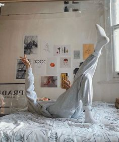 Home Decoration Ideas Decor Behind The Scenes By lessisworefemales.Home Decoration Ideas Decor Behind The Scenes By lessisworefemales Bedroom Vintage, Bedroom Inspo, Bedroom Decor, Entryway Decor, Bedroom Ideas, Nike Sweat, Outfit Stile, Vsco Pictures, Vsco Pics