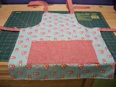 Sewing Crafts For Children Reversible Child's Apron from 3 fat quarters - moda bake shop is having children's tutorials (to make for or with your child) every day in June Childrens Apron Pattern, Child Apron Pattern, Apron Pattern Free, Childrens Aprons, Sewing Hacks, Sewing Tutorials, Sewing Crafts, Sewing Patterns, Apron Patterns