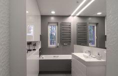 White and grey bathroom. Half wall mirror, Terma Zigzag heater, Porcelanosa tiles. | Biało-szara, funkcjonalna i elegancka łazienka w domu pod Łodzią.