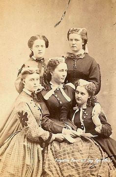 """""""Mother and her four daughters from the Civil War era possibly reading a letter from the front. The carte de visite (abbreviated CDV) was a type of small photograph which. Vintage Pictures, Old Pictures, Old Photos, Antique Photos, American Civil War, American History, British History, Old West, Portraits Victoriens"""