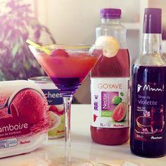 Versez le nectar de goyave dans un verre. Versez 2 cl de sirop de violette dans le verre, sans mélanger.