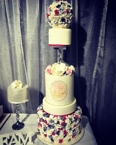"""tracy4jester: """" I love decorating and baking. I would love to one day know how to do this and for it to look this flawless…back to watching cake boss 😜 #brisbanebridalexpo #bride #bridal #cake #dessert #flawless #awesome #beauty #beautiful #fancy..."""