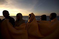 20170620 - Hombres en la cubierta del buque 'Golfo Azzurro' tras ser rescatados por los trabajadores de la ONG española 'Proactiva Open Arms' en aguas del Mediterráneo. EMILIO MORENATTI AP