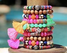 Listado de NINAALIKHANI personalizado, Boho caliente Calcedonia rosa w borla de oro, Bali estilo grano Vermeil, piedras de diseñador, Color Pop, cuatro pulseras