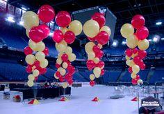 Jätti-ilmapallot Jokereiden väreissä.