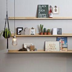 Veel foto's om te laten zien maar wil je liever niet te veel gaten in de muur maken? Met deze plank van vtwonen kan je al jouw fotolijstjes georganiseerd neerzetten, voor rustig en mooi geheel!
