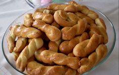 Τα κουλουράκια πορτοκαλιού είναι η συνταγή της γιαγιάς. Μία φορά το μήνα φτιάχνει τρεις δόσεις και μας τα μοιράζει σε ταπεράκια. Δεν υπάρχουν γευστικότερα και πιο μαλακά κουλουράκια!!!  Εμείς δεν τα πλάθουμε κουλουράκια, αλλά τους δίνουμε Cookbook Recipes, Sweets Recipes, Easter Recipes, Cooking Recipes, Greek Sweets, Greek Desserts, Greek Recipes, Koulourakia Recipe, Greek Cookies