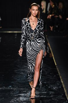Irina Shayk for Versace Pre Fall 2019 Dolly Fashion, Love Fashion, Fashion News, High Fashion, Autumn Fashion, Fashion Design, Fashion Trends, Spring Fashion, Fashion Online