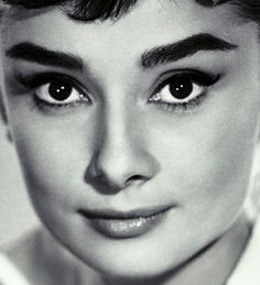 Audrey Golden Age Of Hollywood, Classic Hollywood, Old Hollywood, Audrey Hepburn Photos, Ageless Beauty, Iconic Beauty, Vintage Makeup, British Actresses, Funny Faces