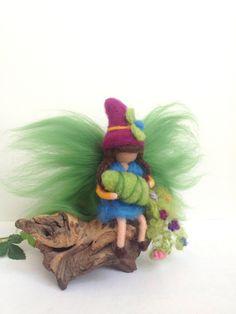 AprilSchrill ~ Elfe ~ Jahreszeitentisch  von Jana's kleine Filzwelt auf DaWanda.com