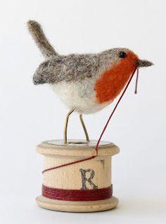 Needle Felted Robin on a Vintage Wooden Spool of Thread Needle Felted Animals, Felt Animals, Art Fil, Coin Couture, Needle Felting Tutorials, Felt Birds, Felt Hearts, Felt Christmas, Christmas Ornament