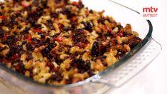 Klassisia arkiruokia on ihanaa välillä tuunata. Tämä Kari Aihisen pelllinkiläinen makaronilaatikko on siitä hyvä esimerkki! Mehevän makaronilaatikon salaisuus on se, että laatikon annetaan tekeytyä jääkaapissa yön yli ennen paistamista. Resepti löytyy Kari Aihisen Kape 24h -keittokirjasta (Tammi, 2017). Macaroni And Cheese, Food And Drink, Ethnic Recipes, Mtv, Lasagna, Red Peppers, Mac And Cheese