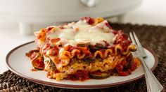 Slow cooker spinach lasagna-betty crocker Zucchini, spinach and bell pepper layer into this delicious slow-cooker lasagna and you won't believe it is less than 300 calories per serving! Slow Cooker Lasagna, Crock Pot Slow Cooker, Slow Cooker Recipes, Cooking Recipes, Lasagna Recipes, Pasta Recipes, Crockpot Ideas, Crockpot Dishes, Noodle Recipes