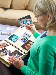 Uma irmã cristã relembra com saudades o seu serviço a Jeová no passado ao ver um álbum de fotografias