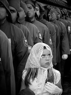"""Exposition """"Guatemala"""" de John Edward Heaton, du 8 septembre au 31 octobre 2015 à la MEP. Photo : La Jeune fille au gant blanc, Procession de la Semaine Sainte, La Antigua Guatemala, 2009 © John Edward Heaton."""
