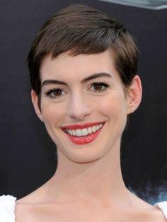 """Anne Hathaway  La estrella de cine se deshizo de su larga melena por un estilo """"pixie"""" desaliñado para su rol en la película """"Les Miserables""""."""