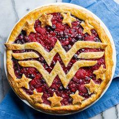Cranberry, Raspberry and Blueberry Wonder Woman Pie, DC Super Hero Girls: Super Hero High Anniversaire Wonder Woman, Pie Recipes, Dessert Recipes, Pie Crust Designs, Pie Decoration, Cranberry Pie, Pies Art, Fruit Pie, Wonder Women