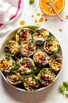 Quick & Easy Vegetable Rice Paper Rolls - Little Broken : Veggie rice paper rolls with sweet and spicy peanut sauce Clean Eating Snacks, Healthy Snacks, Eat Healthy, Rice Paper Recipes, Vegetarian Rice Paper Rolls, Vegetarian Recipes, Healthy Recipes, Vegetarian Appetizers, Vegetable Appetizers