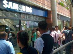Parece que ya es costumbre hacer cola, cualquier día, a cualquier hora para comprar cualquier cosa. Cola Samsung CSI