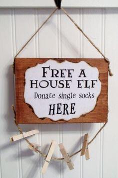 """Elfe de maison (Dobby) buanderie salle signe--une bonne endroit pour stocker ces chaussettes unique, gratuit un elfe de maison, faire un don unique chaussettes ici, 8"""" X5.5"""""""