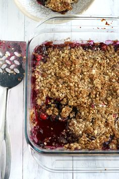 Gluten free and vegan bluberry crisp recipe - so easy, so good, and so perfect for Thanksgiving dessert!