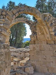 Im archäologischen Park in Paphos mit Blick auf das Meer - Zypern