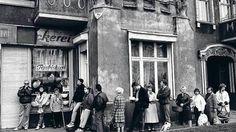 Schlangen für die Schrippen. Nicht nur vor den Bäckereien musste man in Ost-Berlin länger warten.