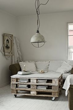 Fabulish - upcycled palet coffee table+photographer's lamp light fixture