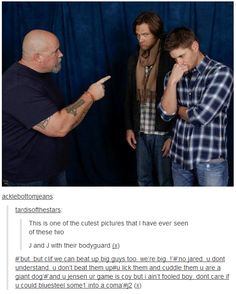 Jensen Ackles and Jared Padalecki with their bodyguard - Supernatural Jensen Ackles, Jared And Jensen, Jared Padalecki, Dean Winchester, Winchester Brothers, Misha Collins, Fandoms, Fangirl, The Maxx