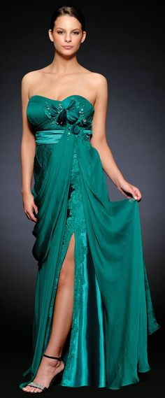 Vestido largo para fiestas de gala o para ocasiones muy especiales. Este elegante vestido de fiesta esta desarrollado en georgette combinado con raso y con decorados en puntilla francesa.
