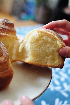 BRIOCHE BOULDOUK (farine, sucre d'érable ou sucre roux, levure fraîche, lait, beurre, oeuf, sel) Garniture : beurre + sucre d'érable