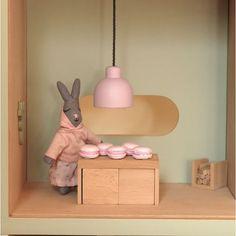 SnapWidget | Quand Henriette Museau se prend pour Mimi Thorisson, elle fait des macarons roses raccord avec la suspension. La classe, quoi ! @encorejouets #encorejouets #organiccotton #woodentoys #jouetsbois #jouets