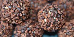 Dejlige bløde dadelkugler med smag af kakao, som bliver rullet i knasende kakaonibs. Det giver lige lidt ekstra, og de sunde kugler får en dejligt syndig smag.
