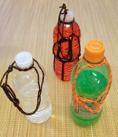 Carry any bottle with a jug knot handle hiking hacks узлы Water Bottle Carrier, Water Bottle Holders, Cub Scouts, Girl Scouts, Camping Accesorios, Scout Knots, Girl Scout Camping, Paracord Knots, Scout Activities