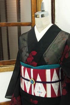 裏の深い赤をほのかに透かす黒の地に、ルビーレッドで織り出された花模様が美しい紗の夏着物です。 #kimono