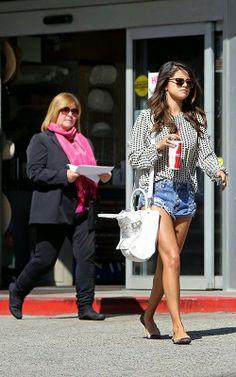 Selena Gomez no Calabasas Commonson - Hollywood News