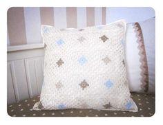 Tutorial paso a paso para tejer un cojín de crochet de granny squares de rombos basado en un patrón de una manta de Zara Home Kids
