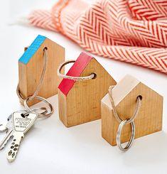 Schlüsselanhänger aus Holz einfach selbermachen: Verwertung für Lattenabschnitte, geschliffen toll zum Spielen für Kinder und als Weihnachtsdeko.