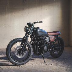 dark art This is not your typical Honda CB cafe racer. Fade To Black is probably one of the fastest middleweight vintage Hondas weve featured. Cafe Racer Honda, Cb 500 Cafe Racer, Custom Cafe Racer, Cafe Racer Bikes, Brat Bike, Brat Motorcycle, Moto Cafe, Cafe Bike, Enduro