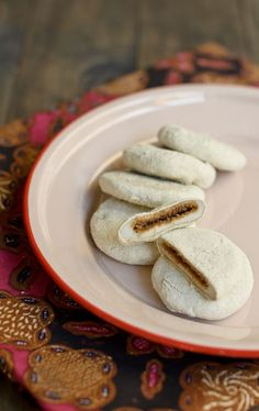 abok abok / glutinous rice dumplings with sweet coconut, coated fillings then coated mung beans powder