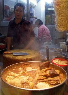 Chinese Street Food Vendor in Kowloon Hong Kong Chinese Street Food, Asian Street Food, Chinese Food, Love Eat, Love Food, Kowloon Walled City, World Street Food, Flat Belly Smoothie, Authentic Chinese Recipes